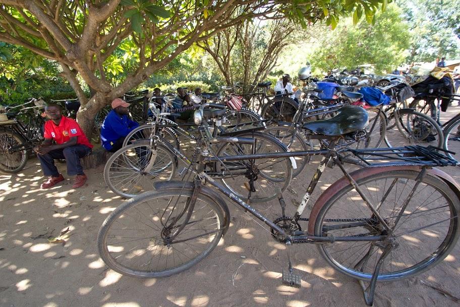 Bezoekers komen op de fiets